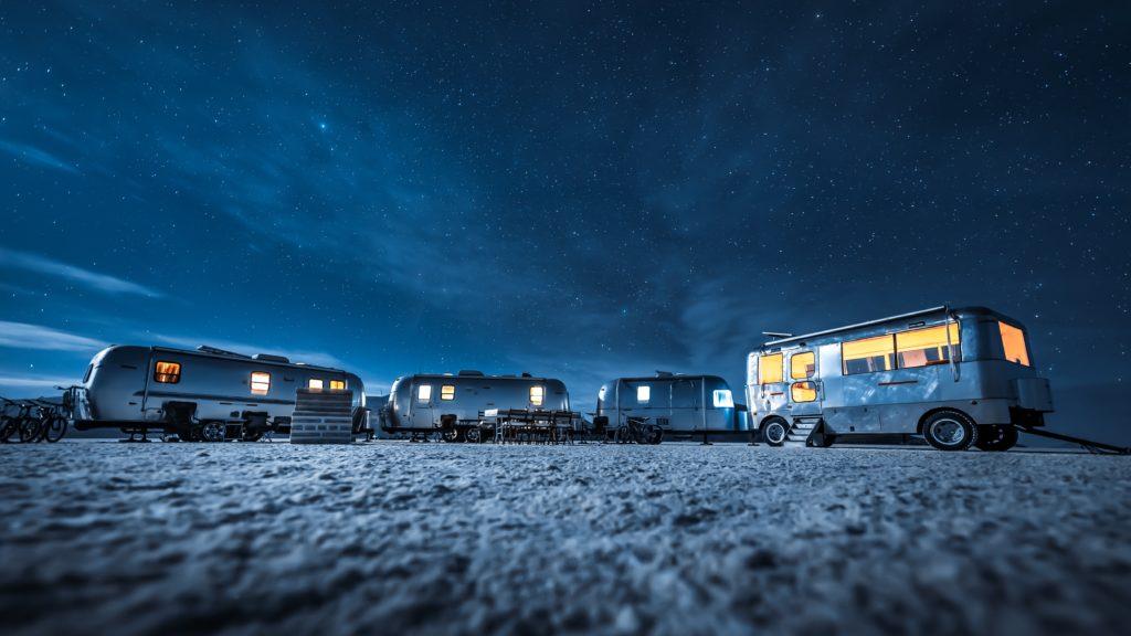 camping car dans la nuit